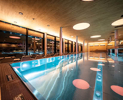 Indoor Pool im Wellnesshotel Gradonna in den Alpen